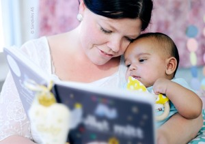 mom_baby_reading_snuggling_together_700x493