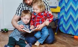 Dad reading to his preschoolers