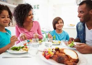 Family_eating_dinner_700x493